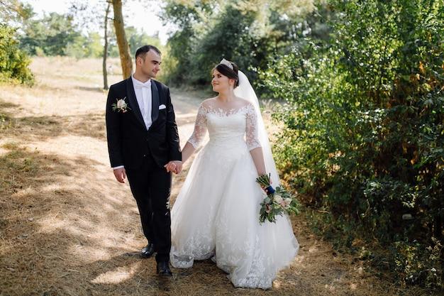 Молодая счастливая свадьба пара. кавказский жених и невеста обнимает Бесплатные Фотографии