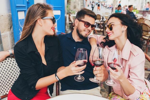 Azienda giovane hipster di amici seduti al caffè Foto Gratuite