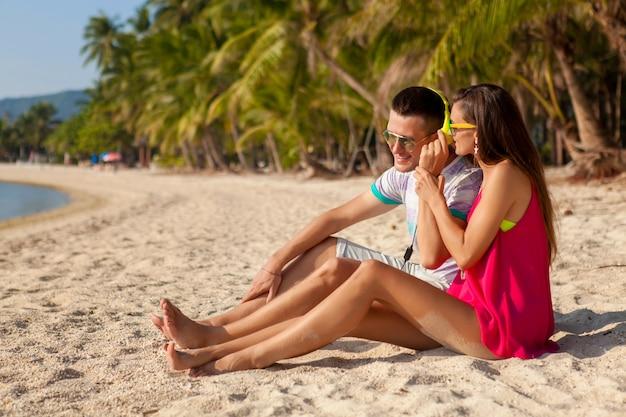 恋に若い流行に敏感なカップル、熱帯のビーチ、休暇、夏の流行のスタイル、サングラス、ヘッドフォン 無料写真