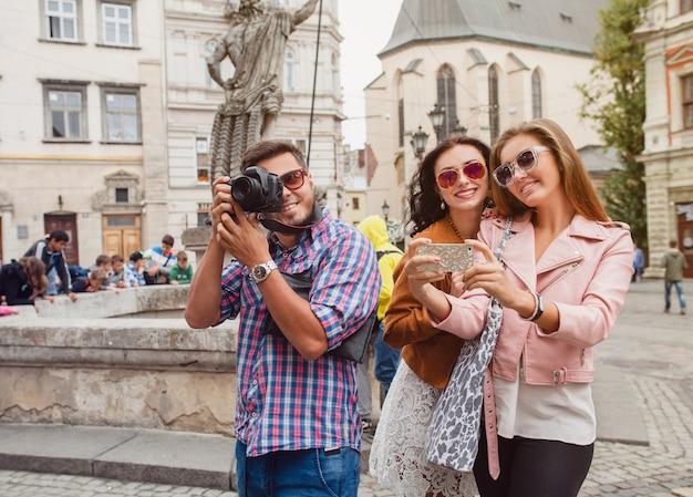 Молодые друзья-хипстеры делают фотографии Бесплатные Фотографии