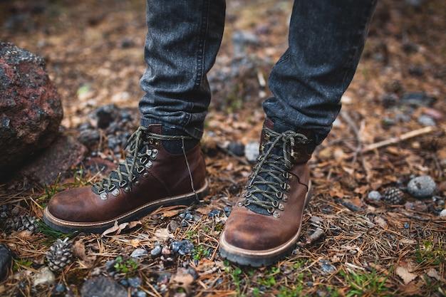 流行に敏感な若い男性、冬の休暇、野生の自然の中でのハイキング 無料写真