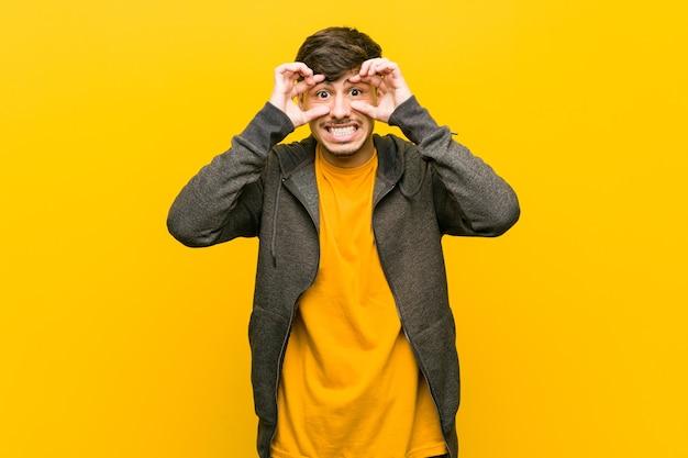Молодой латиноамериканский случайный мужчина с открытыми глазами ищет возможность добиться успеха. Premium Фотографии