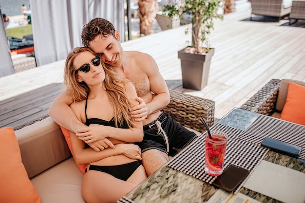 Молодая горячая пара, отдыхая вместе. парень обнимает девушку и наслаждается ее компанией. Premium Фотографии