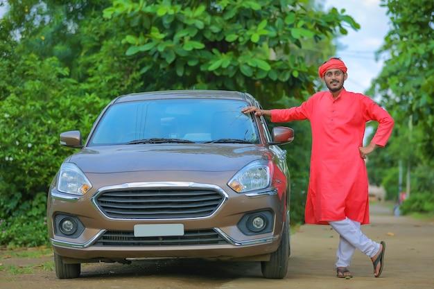 새 차를 가진 젊은 인도 농부 프리미엄 사진