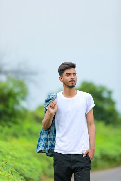 자연 배경 위에 표현을 보여주는 젊은 인도 사람 프리미엄 사진