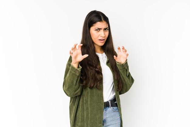 Молодая индийская женщина показывает когти, имитирующие кошку, агрессивный жест. Premium Фотографии
