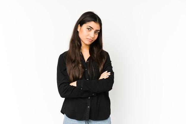 Молодая индийская женщина, которой скучно, утомленно и нужно расслабиться. Premium Фотографии