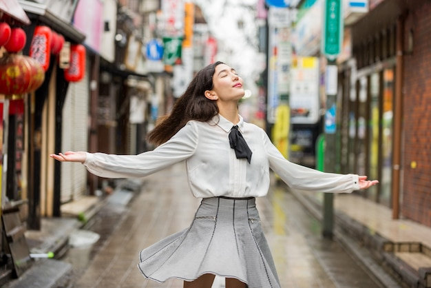 屋外の若い日本人の女の子 Premium写真