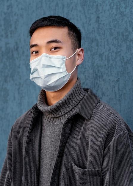 Giovane uomo giapponese che indossa la maschera Foto Gratuite