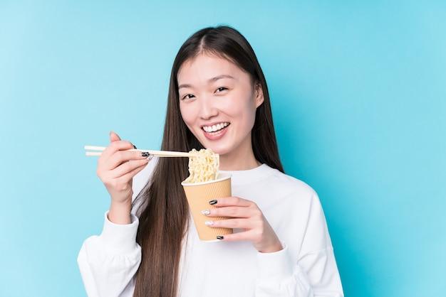 麺を食べる若い日本人女性 Premium写真