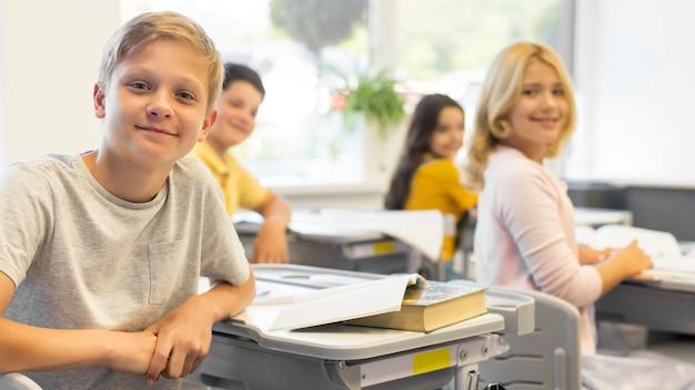学校で若い子供たち 無料写真