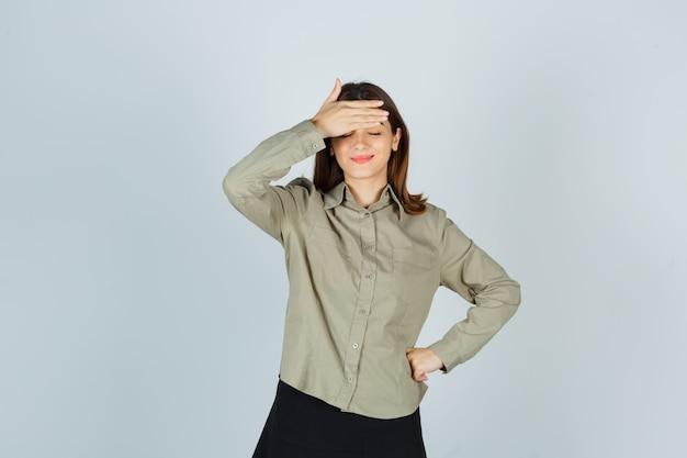 シャツ、スカートの額に手をつないで、喜んでいる若い女性 無料写真
