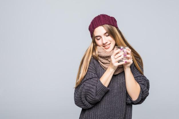 Молодая дама с гриппом и холодными напитками горячее питье травяной тройник, чтобы стать здоровым на сером Бесплатные Фотографии