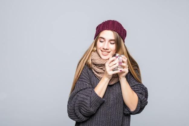 Giovane donna con influenza e bevande fredde bevanda calda t-shirt a base di erbe per diventare sani su grigio Foto Gratuite