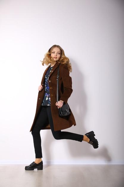 Молодая длинноволосая женщина позирует Premium Фотографии