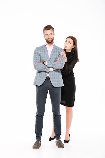 Молодые любящие пары стоя изолированы Бесплатные Фотографии