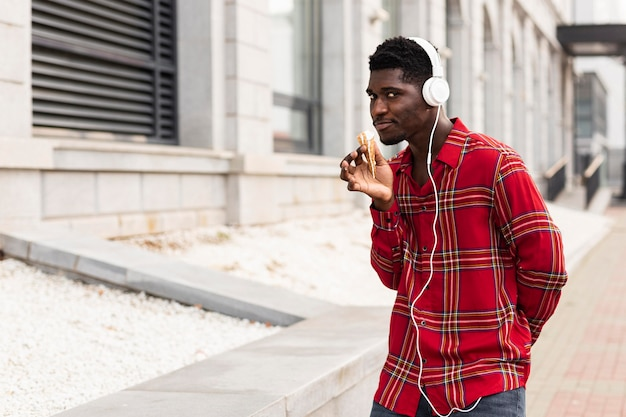 Молодой взрослый мужчина танцует и слушает музыку Бесплатные Фотографии