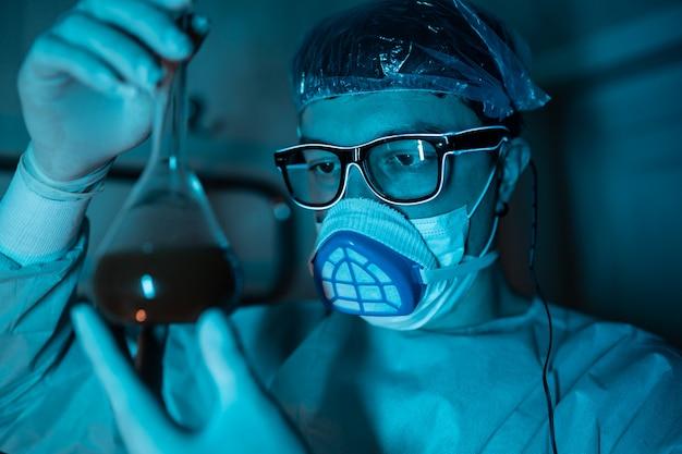 科学的な実験を行う若い男性研究者 無料写真