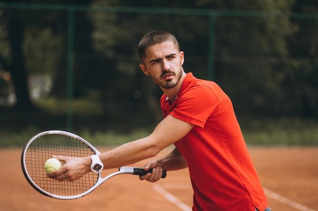 Молодой теннисист мужского пола на корте Бесплатные Фотографии