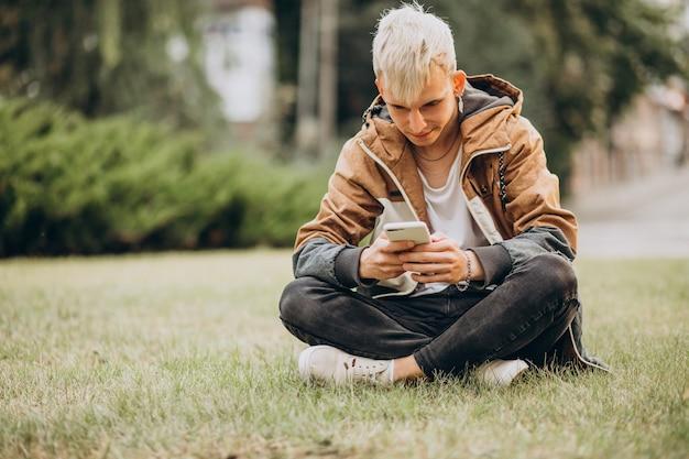 Allievo adulto del giovane che parla sul telefono Foto Gratuite