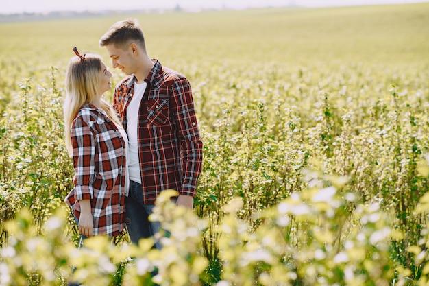 Пара молодой мужчина и женщина в поле летом Бесплатные Фотографии
