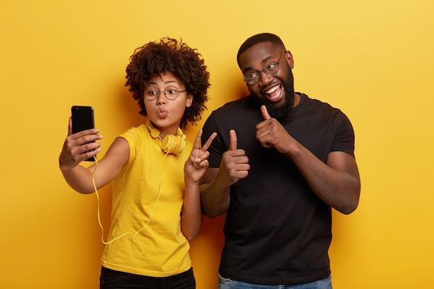 自分撮りをしている若い男と女 無料写真