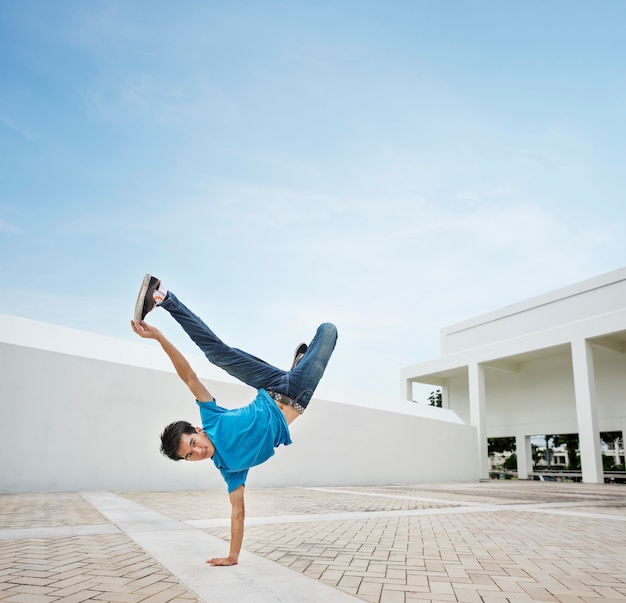 Young man breakdancing Premium Photo
