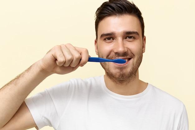 Giovane che pulisce i suoi denti Foto Gratuite