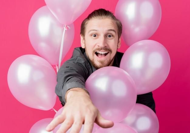 풍선을 들고 생일 파티를 축하하는 청년 무료 사진