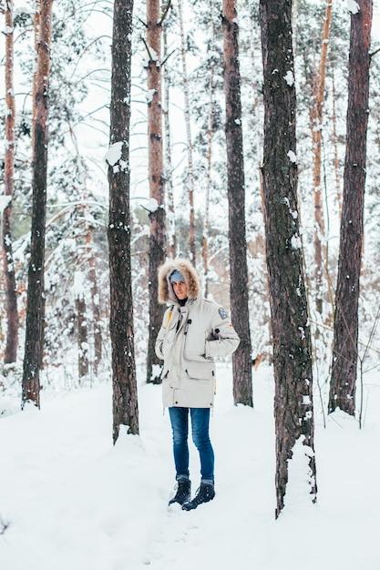 Giovane uomo in cappotto invernale freddo e profondo Foto Gratuite