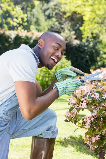 若い男が花を切る 無料写真