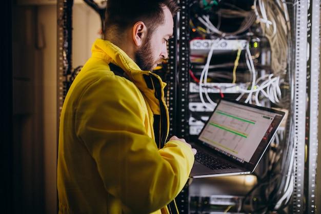 Young man engineer making program analyses Free Photo