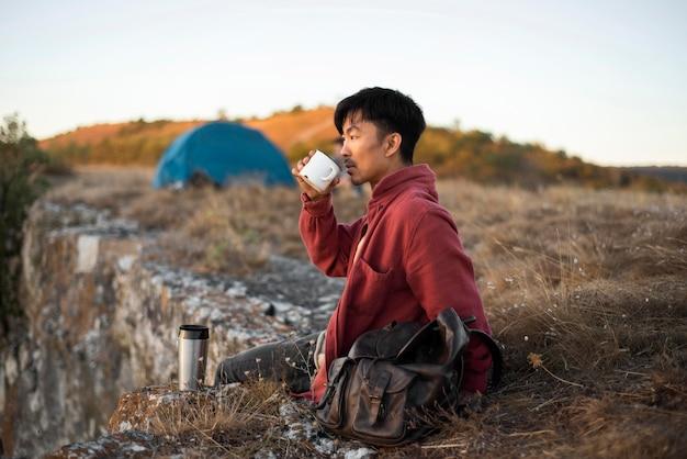 Молодой человек, наслаждаясь пейзажем Бесплатные Фотографии
