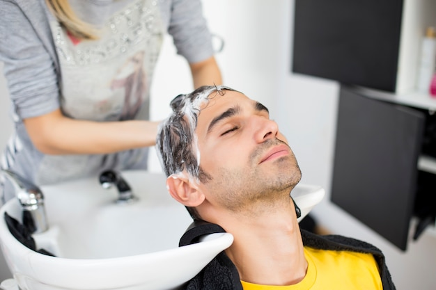 Young man at hairdresser Premium Photo