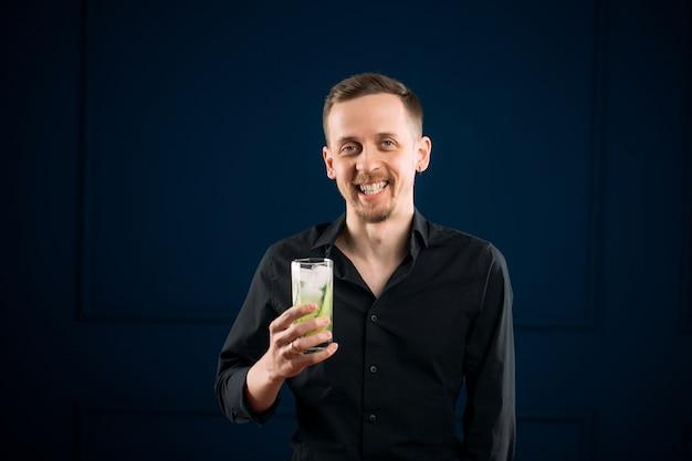 진 토닉 칵테일 잔을 들고 젊은 남자 프리미엄 사진