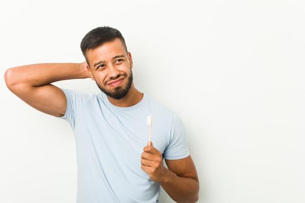 歯ブラシを持っている若い男 Premium写真