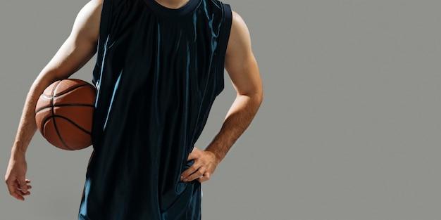 Молодой человек держит свой баскетбол с копией пространства Бесплатные Фотографии
