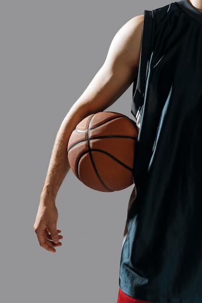 Молодой человек держит свой баскетбол Бесплатные Фотографии