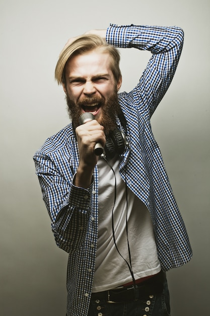 Young man holding a microphone Premium Photo