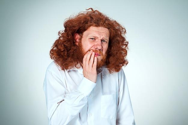 若い男は歯痛を持っています。 無料写真