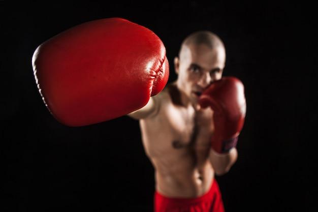 Il giovane kickboxing nero con kapa in bocca Foto Gratuite