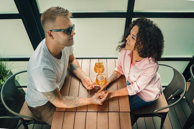 Молодой человек целует руку своей жены, делая предложение руки и сердца Бесплатные Фотографии