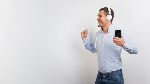 Young man listening to music and having fun Free Photo