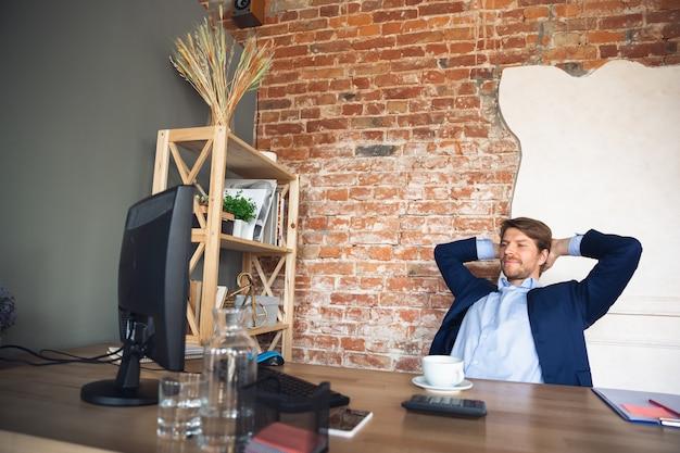 若い男性、マネージャー、チーム主導の検疫後のオフィスでの仕事への復帰、幸せで刺激を受けた 無料写真