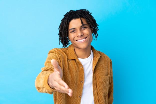 孤立した青い壁の上の若い男 Premium写真