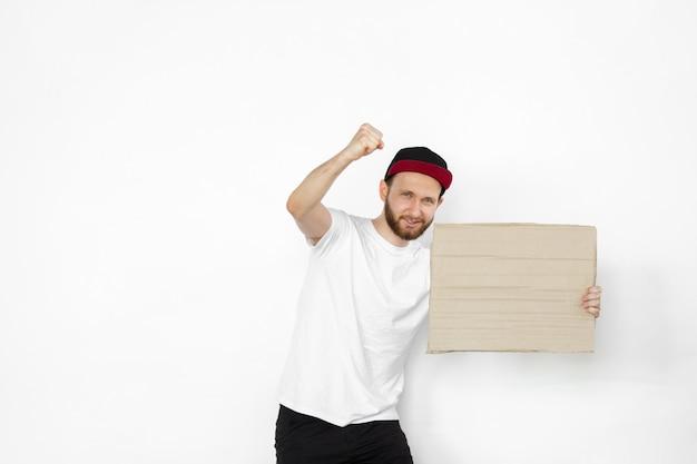 空白のボードに抗議している若い男 無料写真