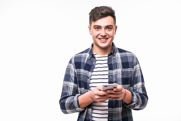 Молодой человек читал новости о новом мобильном телефоне в светлом футляре Бесплатные Фотографии