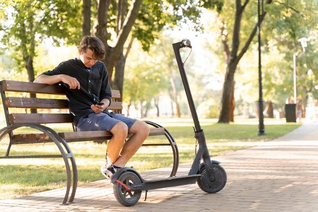 Молодой человек расслабляющий на открытом воздухе Бесплатные Фотографии