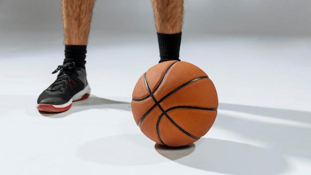 Ноги молодого человека играют в баскетбол Бесплатные Фотографии