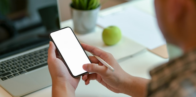 Young man searching on  information on smartphone Premium Photo